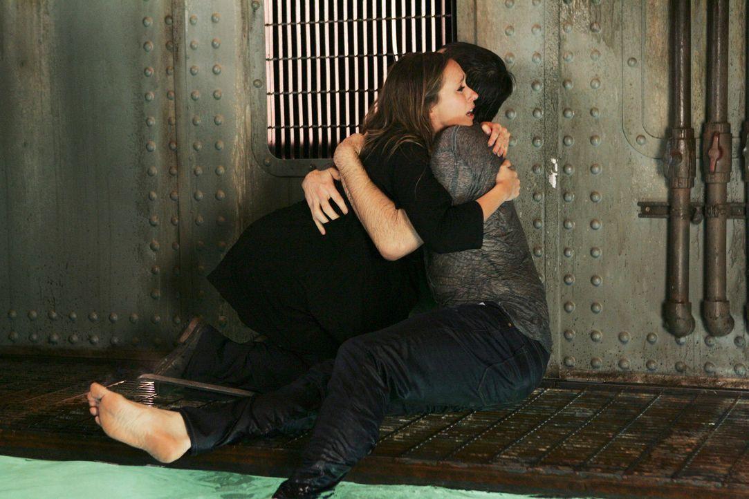 Überglücklich hält Melinda (Jennifer Love Hewitt, l.) ihren alten Jim (David Conrad, r.) in den Armen ... - Bildquelle: ABC Studios