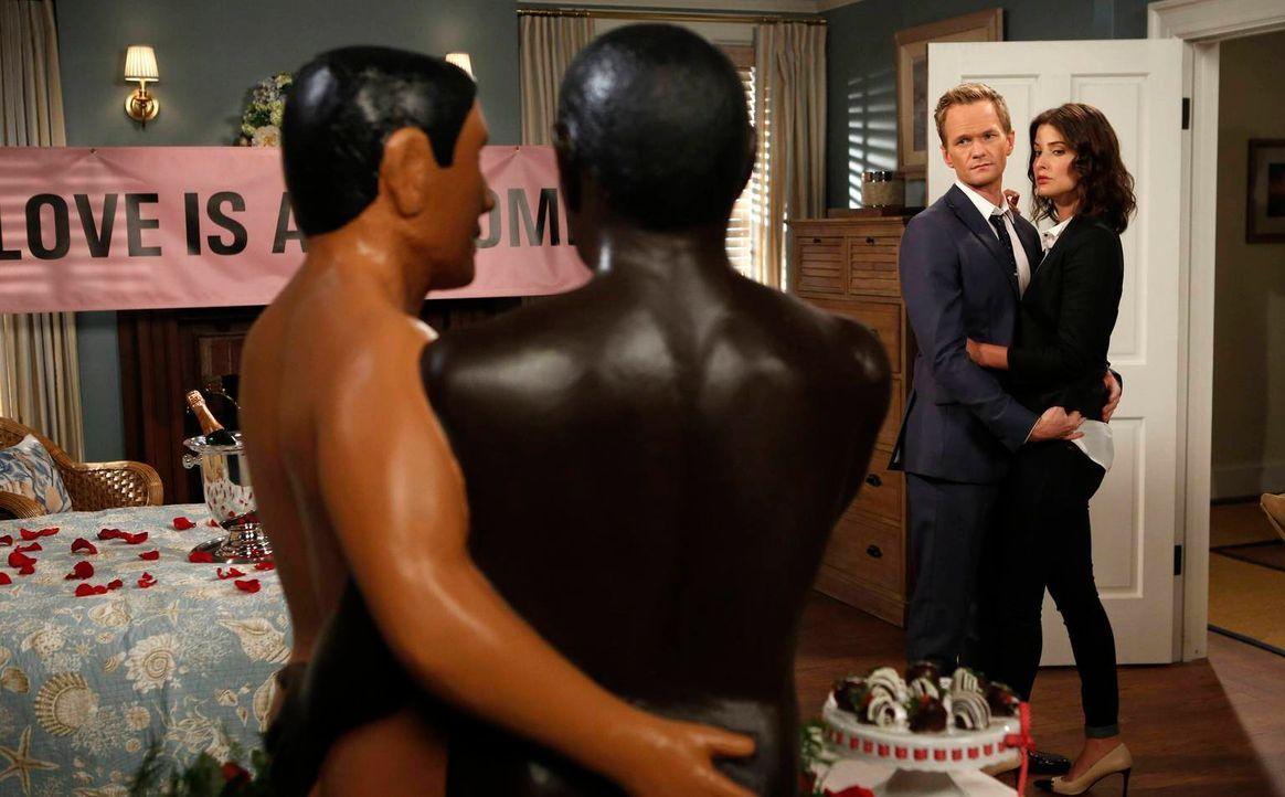 Eigentlich wollte Barney (Neil Patrick Harris, l.) seinen Bruder zum Hochzeitstag überraschen, doch als er von dessen Scheidung erfährt, hat Robin (... - Bildquelle: 2013 Twentieth Century Fox Film Corporation. All rights reserved.