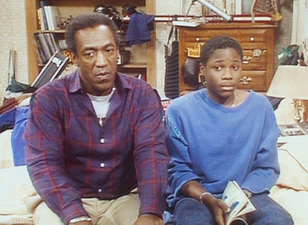 Theo (Malcolm-Jamal Warner, r.) versucht krampfhaft, sich immer links von seinem Vater (Bill Cosby, l.) zu halten, damit dieser seinen Ohrring nicht... - Bildquelle: Viacom