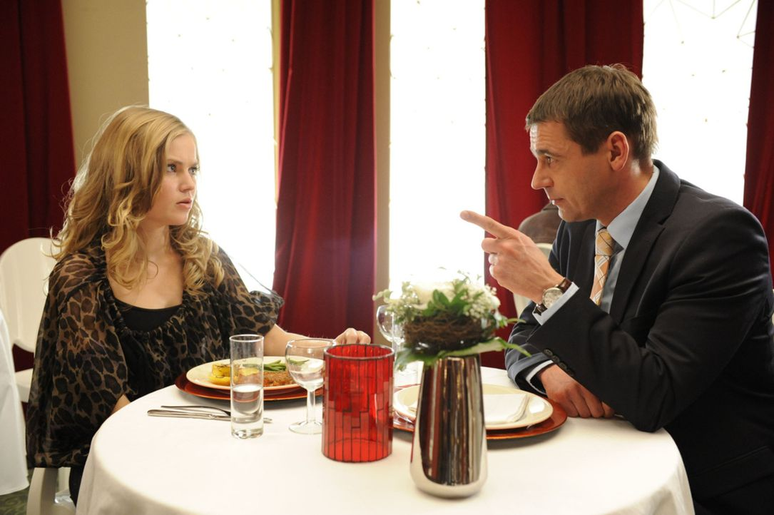 Caro (Sonja Bertram, l.) hatte auf die Nachricht, dass sie von Stefan (Ulrich Drewes, r.) schwanger ist, eine andere Reaktion von ihm erwartet. Er m... - Bildquelle: SAT.1