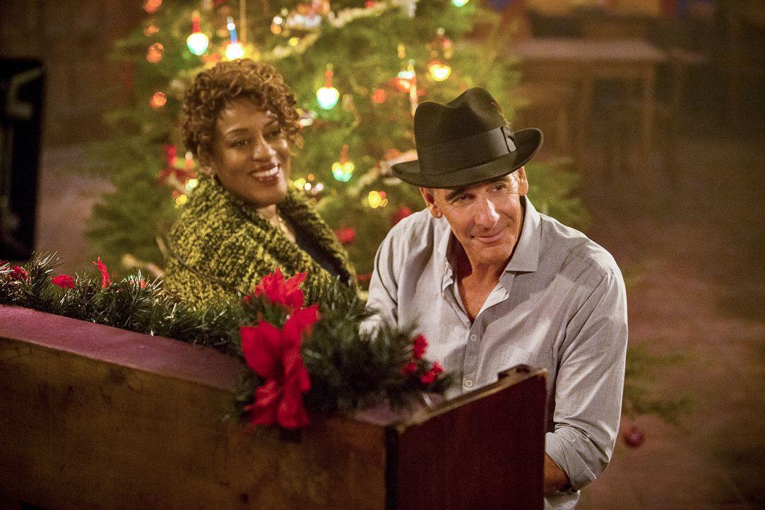 Ein ganz besonderes Weihnachtsfest: Pride (Scott Bakula, r.) und Wade (CCH Pounder, l.) ... - Bildquelle: Skip Bolen 2015 CBS Broadcasting, Inc. All Rights Reserved