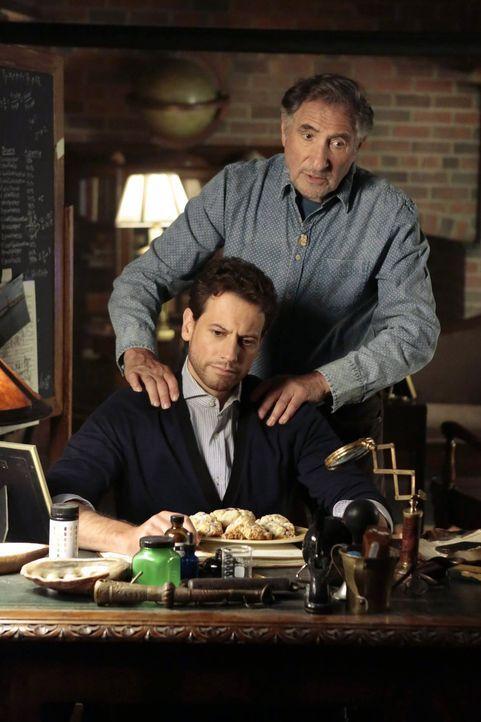 """Henry (Ioan Gruffudd, l.) und Abe (Judd Hirsch, r.) haben es mit einem Mörder zu tun, der Morde aus der Vergangenheit """"nachstellt"""" - Bildquelle: Warner Brothers"""