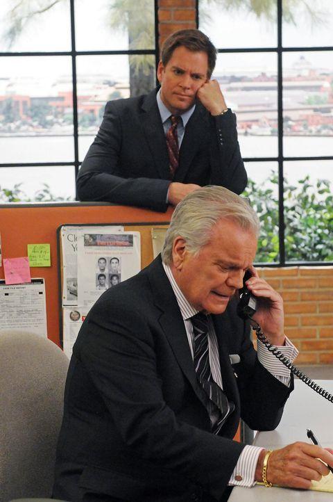 Tonys (Michael Weatherly, hinten) Vater (Robert Wagner, vorne) kommt zu dessen Schrecken mal wieder nach Washington ... - Bildquelle: CBS Television