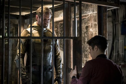 Der Reverse-Flash (Matt Letscher, l.) erinnert Barry (Grant Gustin, r.) nur z...