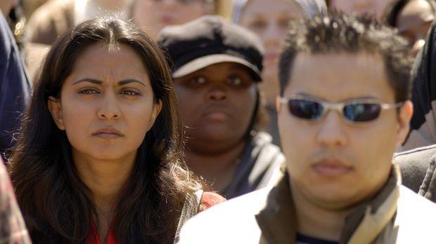 Wie in Trance mischt sich Neela (Parminder Nagra, l.) unter die Demonstranten...