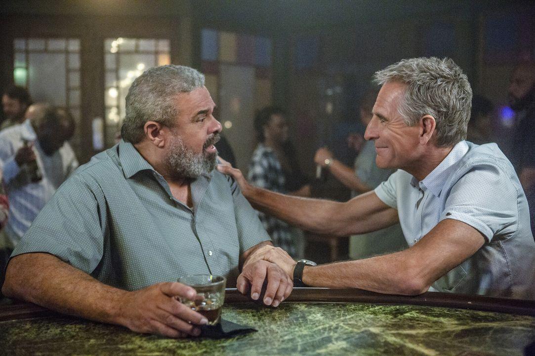 Kann Pride (Scott Bakula, r.) seinen Freund Newman (John Cothran, l.) davon überzeugen ihm vor Gericht zu helfen? - Bildquelle: Skip Bolen 2018 CBS Broadcasting, Inc. All Rights Reserved/ Skip Bolen