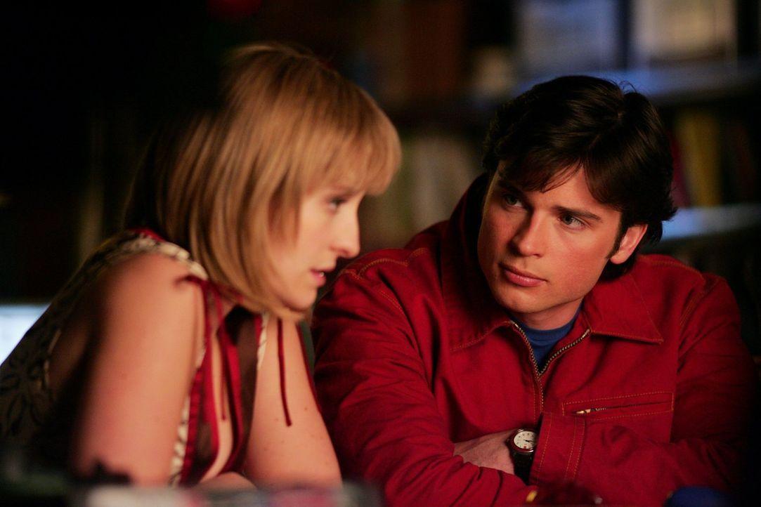 Während Chloe (Allison Mack, l.) und Clark (Tom Welling, r.) darüber sinnieren, wie sie den blinden Mann, der Superkräfte erkennen kann, finden, mac... - Bildquelle: Warner Bros.
