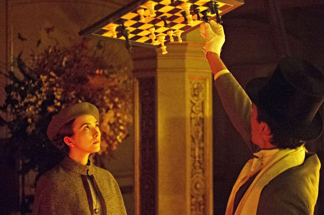 Jane Chatwin (Rose Liston, l.) versucht, Quentin zu helfen und stellt ihn gleichzeitig vor neue Rätsel ... - Bildquelle: 2015 Syfy Media Productions LLC. ALL RIGHTS RESERVED.