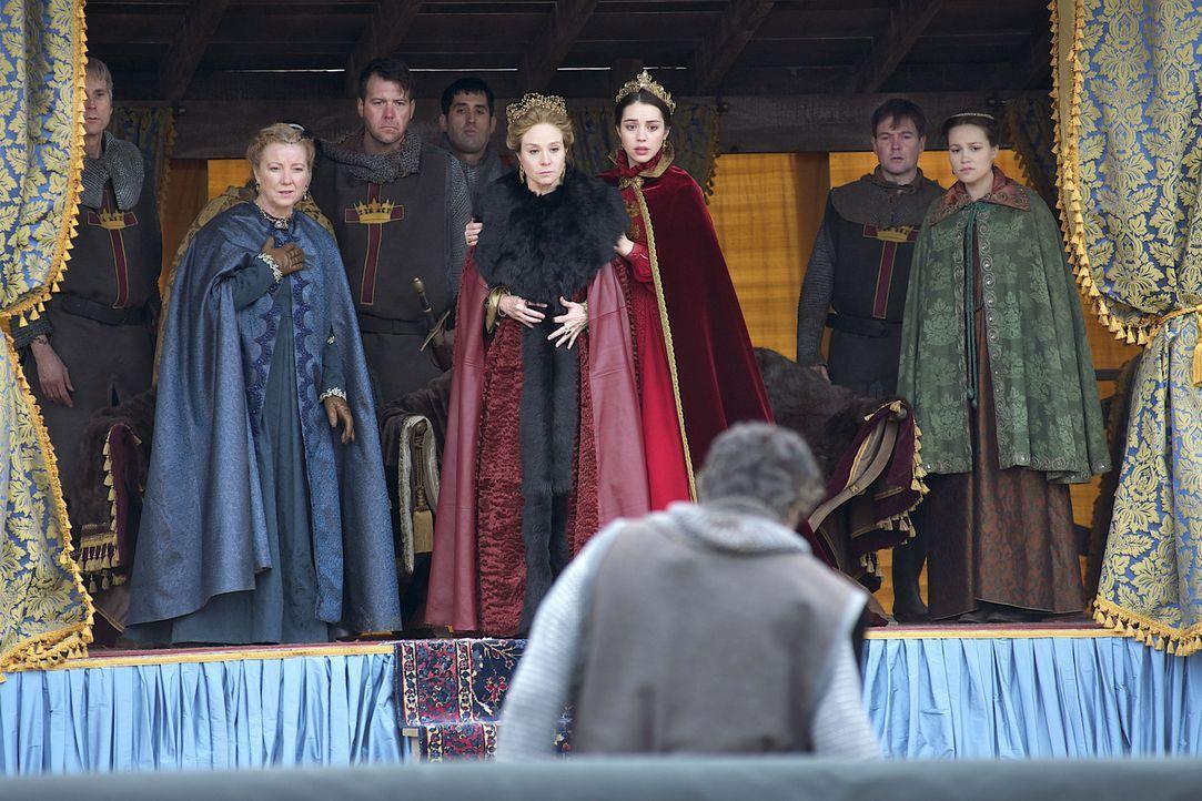 Königin Katherine (Megan Follows, M.) und Mary (Adelaide Kane, 3.v.r.) sind fassungslos, als ein Teilnehmer des Turniers schwer verletzt wird ... - Bildquelle: 2013 The CW Network, LLC. All rights reserved.