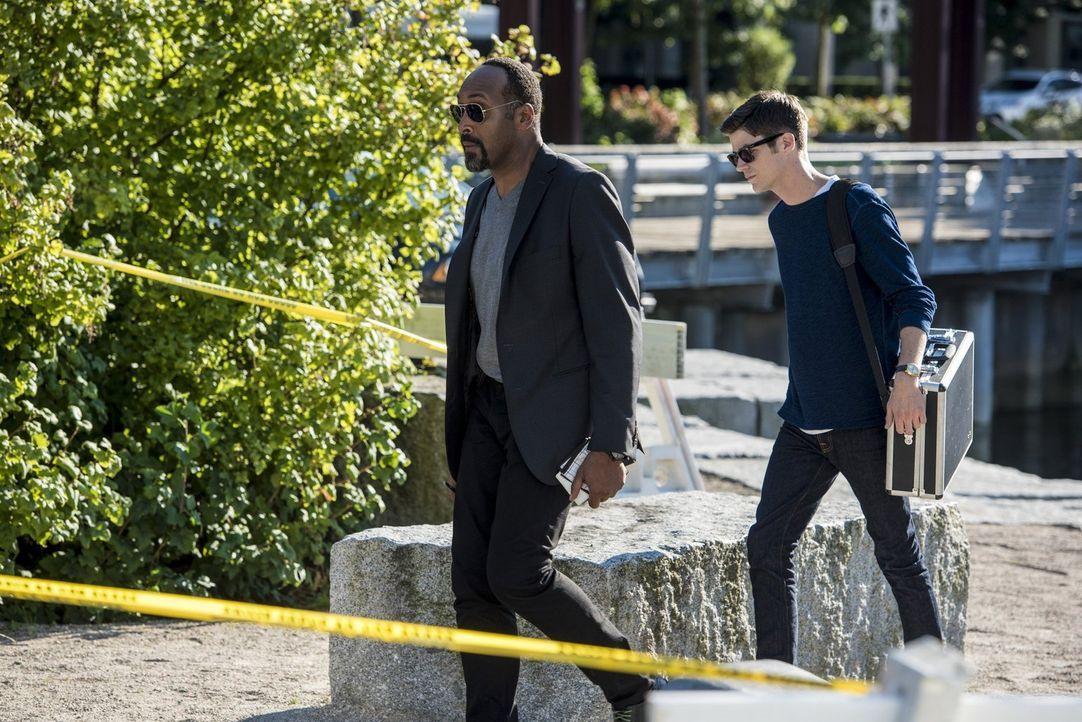 Wie wird Joe (Jesse L. Martin, l.) reagieren, wenn er erfährt, warum sich Barry (Grant Gustin, r.) in seinen Augen so seltsam verhält? - Bildquelle: 2016 Warner Bros.
