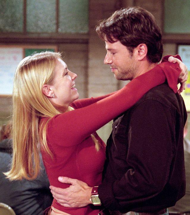 Sabrina (Melissa Joan Hart, l.) lädt Josh (David Lascher, r.) zu ihrem Geburtstagsessen ins Haus ihrer Tanten ein. - Bildquelle: Paramount Pictures