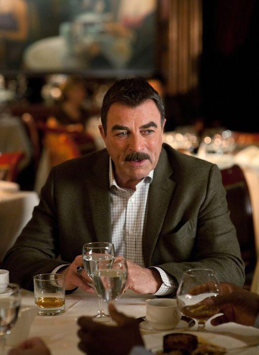 Amüsiert sich mit Freunden in einem Restaurant: Frank Reagan (Tom Selleck) - Bildquelle: 2010 CBS Broadcasting Inc. All Rights Reserved