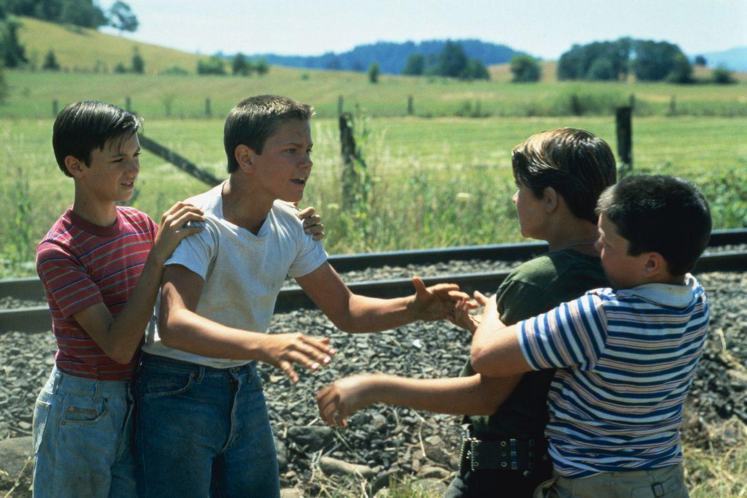 Die Freundschaft von Gordie Lachance (Wil Wheaton, l.), Chris Chambers (River Phoenix, 2.v.l.), Teddy Duchamp (Corey Feldman, 2.v.r.) und Vern Tessi... - Bildquelle: 2003 Sony Pictures Television International