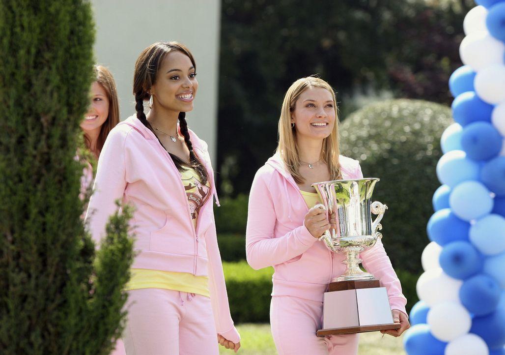 Sind glücklich über ihren Sieg: Ashleigh (Amber Stevens, l.) und Casey (Spencer Grammer, r.) ... - Bildquelle: 2008 ABC Family