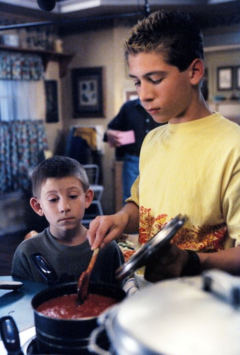 Dewey (Erik Per Sullivan, l.) sieht Reese (Justin Berfield, r.) gespannt beim Kochen zu ... - Bildquelle: TM +   2000 Twentieth Century Fox Film Corporation. All Rights Reserved.