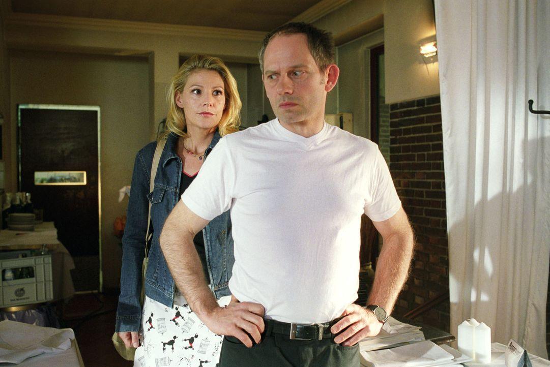 Sophie (Sophie Schütt, l.) redet Peter Harrach (Michael Lott, r.) ins Gewissen, dass er nicht die Schuld für einen Mord auf sich nehmen soll. - Bildquelle: Noreen Flynn Sat.1
