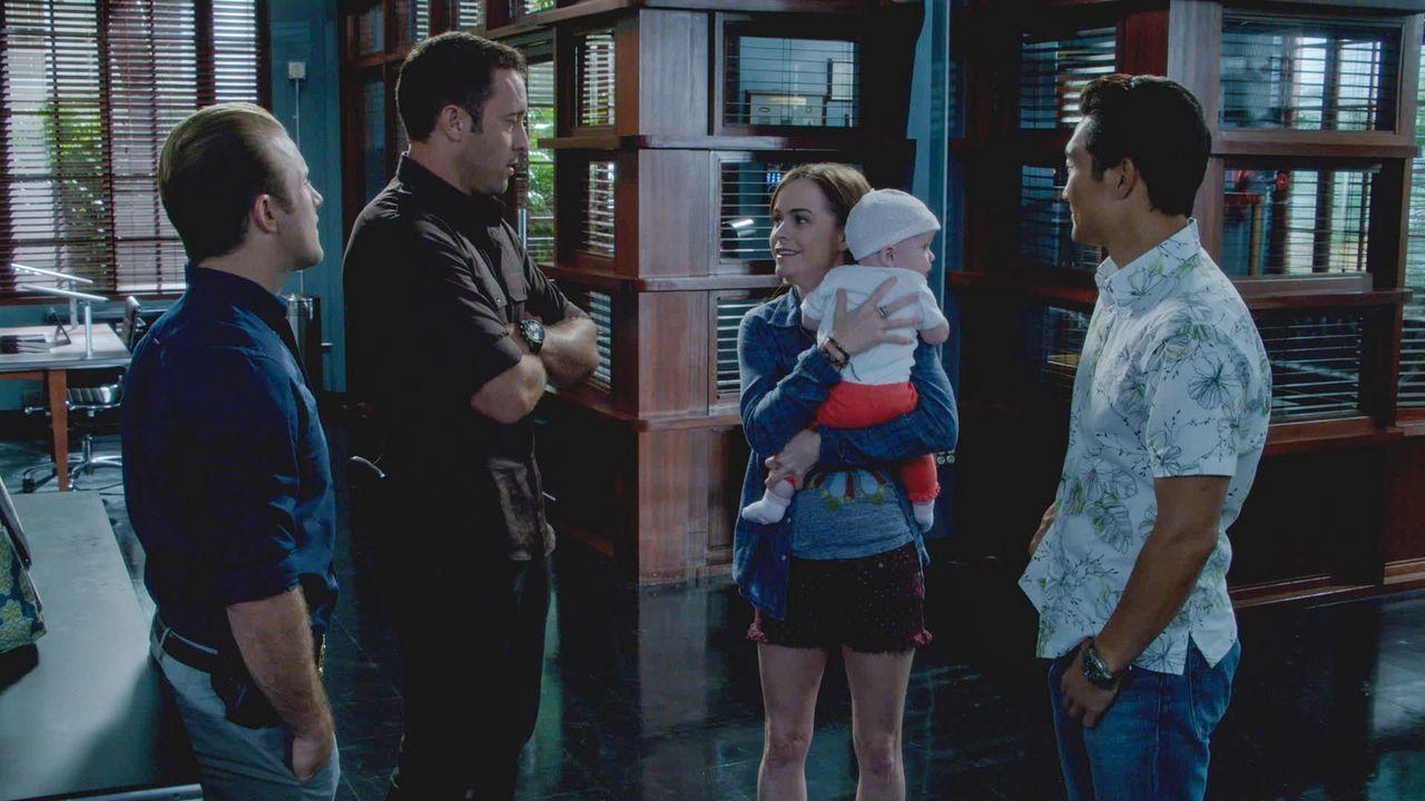 Steves Schwester Mary (Taryn Manning, M.) überrascht ihren Bruder damit, dass sie ein Baby adoptiert hat. Als sie plötzlich krank wird, müssen Steve... - Bildquelle: 2013 CBS BROADCASTING INC. All Rights Reserved.
