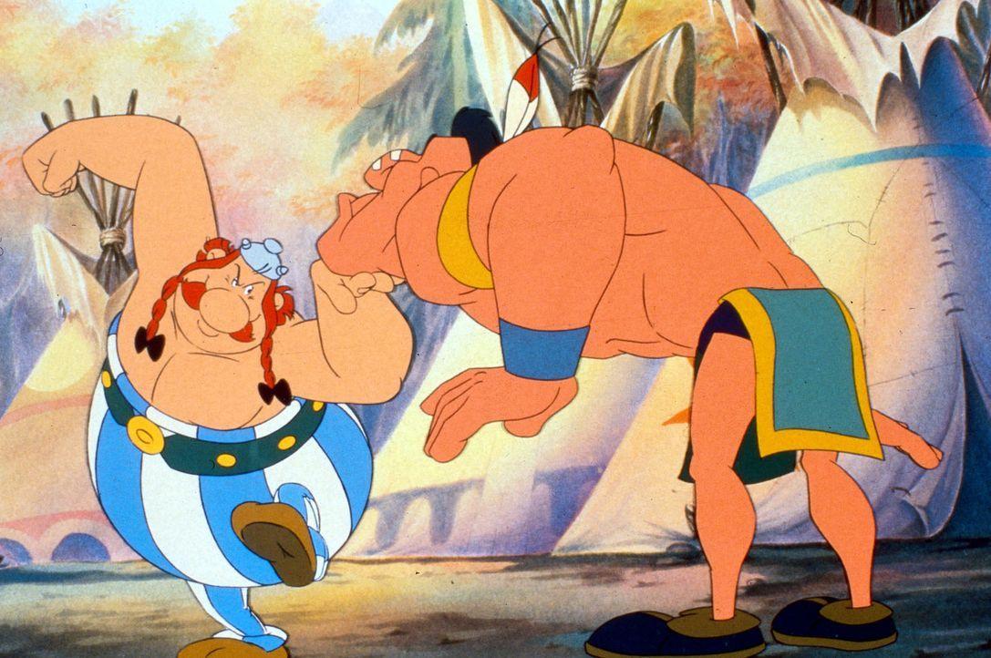 Wird Obelix (l.) den stärksten Krieger (r.) des Indianerstammes besiegen? - Bildquelle: Jugendfilm-Verleih GmbH