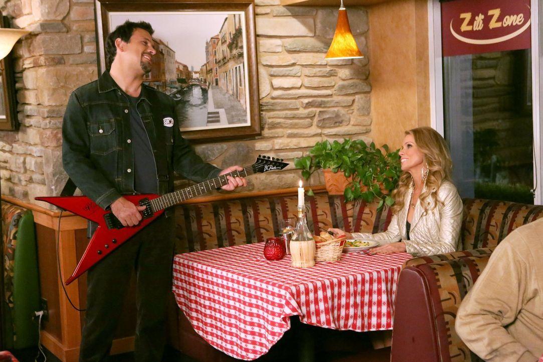 Als George (Jeremy Sisto, l.) das Geburtstagsgeschenk von Dallas (Cheryl Hines, r.) im Restaurant vergisst, geraten die beiden in Streit. George ver... - Bildquelle: Warner Brothers