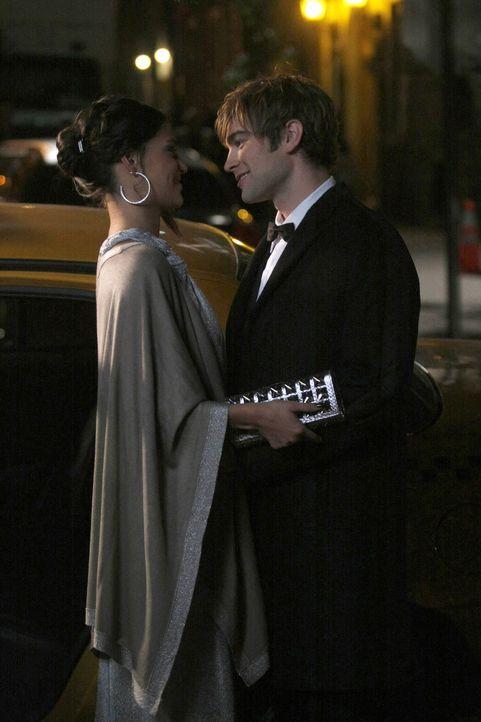 Als Jenny erfährt, dass Vanessa und Nate zusammen sind, plant sie, sich zu rächen. Doch Nate (Chace Crawford, r.) bezieht klar Stellung zu Vanessa (... - Bildquelle: Warner Brothers