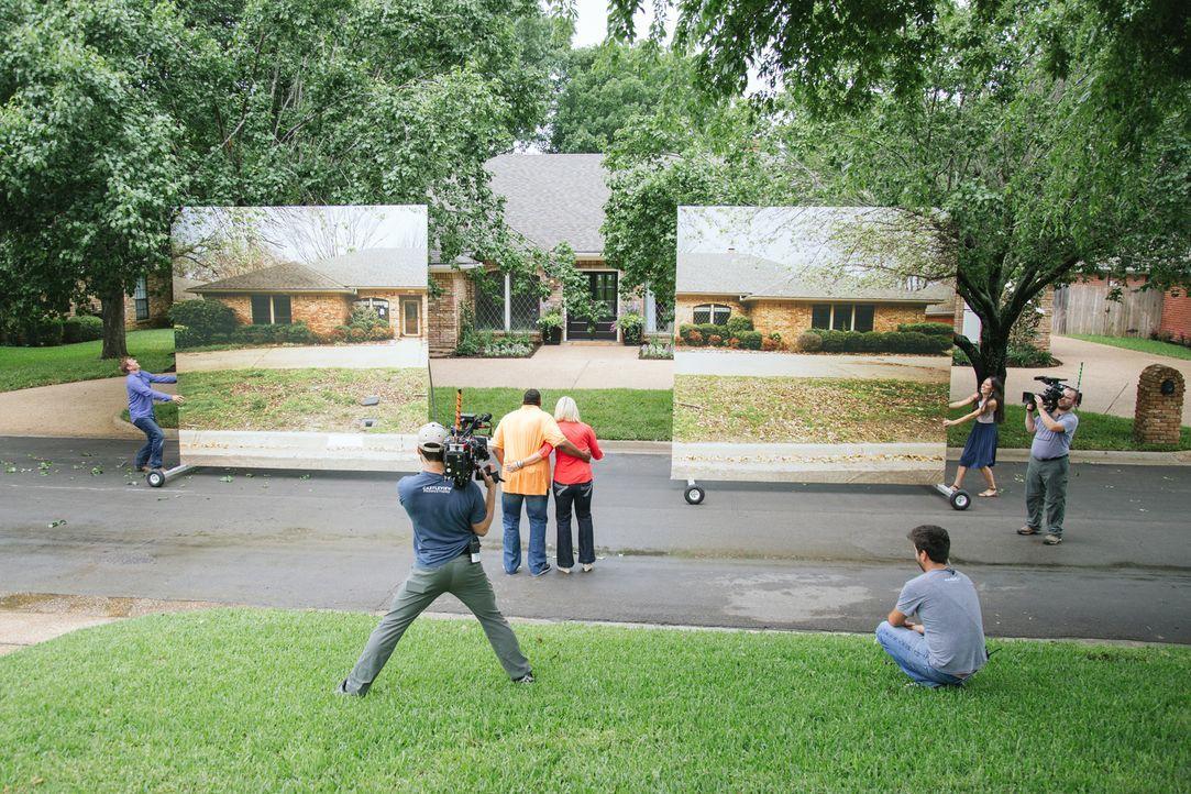 Kaum zu glauben, was die Renovierungsprofis Chip (l.) und Joanna Gaines (2.v.r.) aus diesem heruntergekommenen und renovierungsbedürftigen alten Hau... - Bildquelle: Rachel Whyte 2015, HGTV/ Scripps Networks, LLC.  All Rights Reserved.