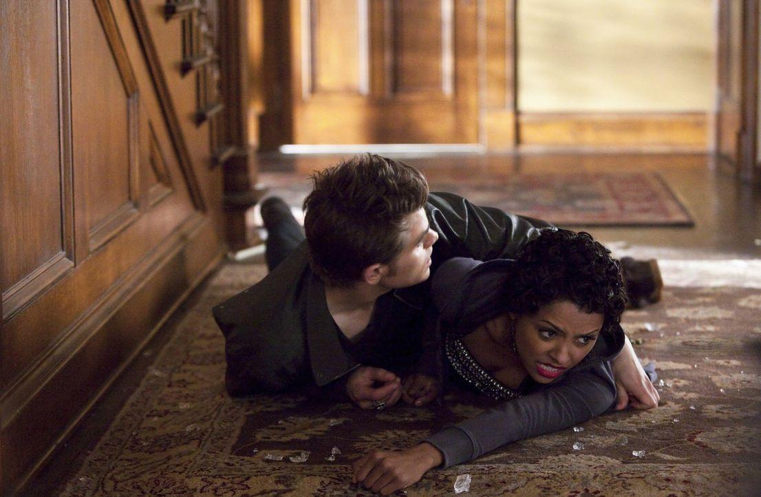 In letzter Sekunde kann Stefan (Paul Wesley, l.) Bonnie (Kat Graham, r.) vor Klaus' Angriff schützen ... - Bildquelle: Warner Brothers