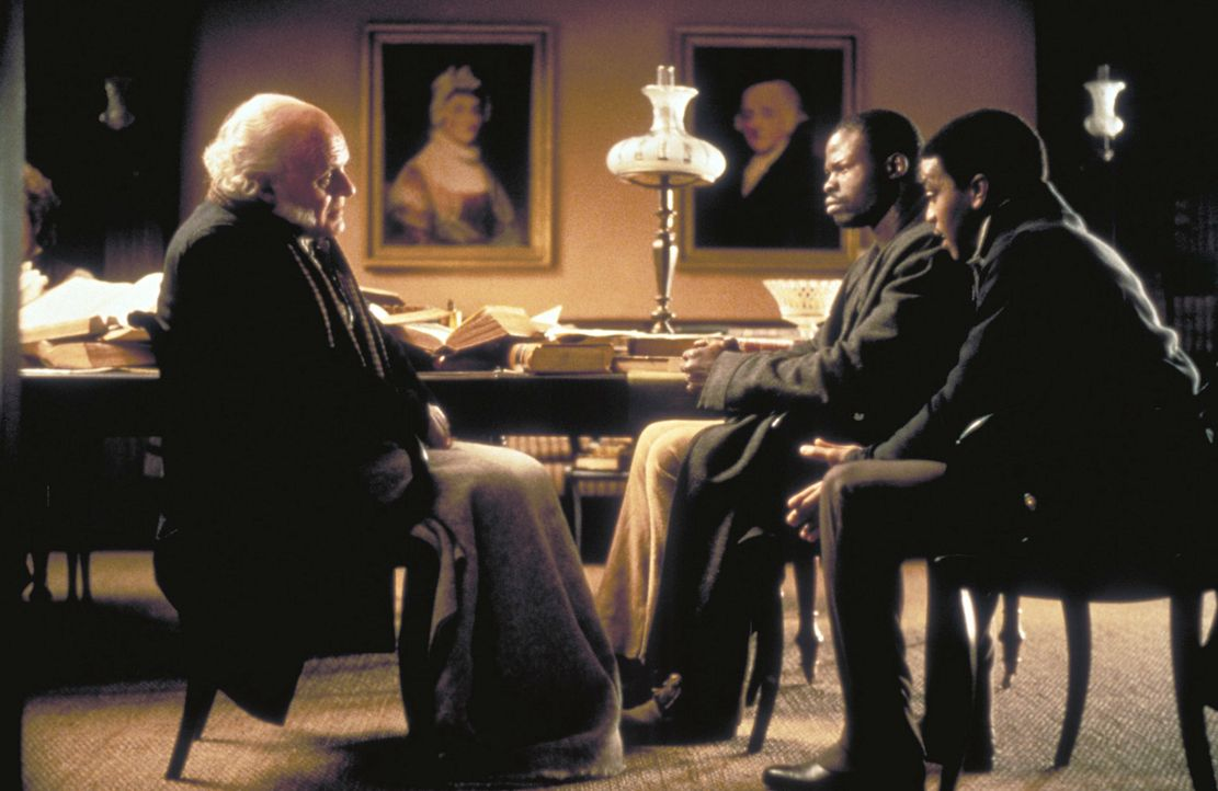 Der ehemalige US-Präsident John Quincy Adams (Anthony Hopkins, l.) hat sich aus dem Ruhestand zurückmeldet, um Cinqué (Djimon Hounsou, M.) vor dem O... - Bildquelle: DreamWorks Distribution LLC