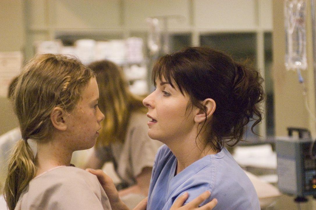Diana (Jacqueline McKenzie, r.) ist besorgt um ihre Tochter Maia (Conchita Campbell, l.), die mit einer mysteriösen Krankheit infiziert ist ... - Bildquelle: Viacom Productions Inc.