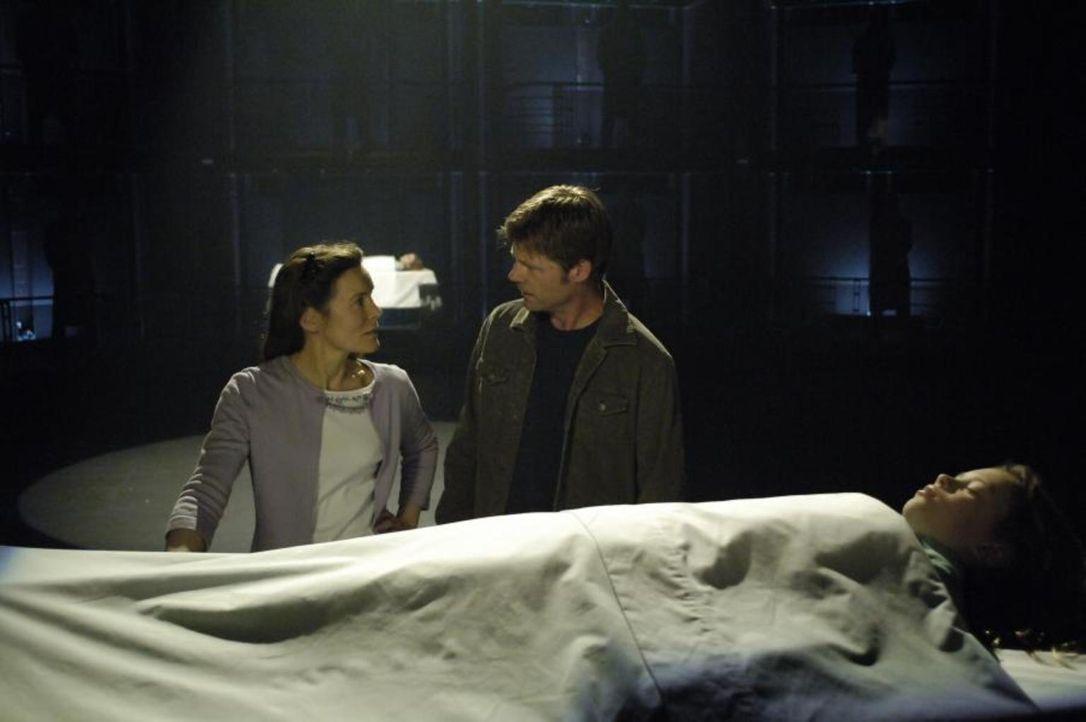 Um Maia (Conchita Campbell, liegend) zu retten, geht Tom (Joel Gretsch, r.) einen Deal mit Sara (Alice Krige, l.) ein. War das ein Fehler? - Bildquelle: Viacom Productions Inc.