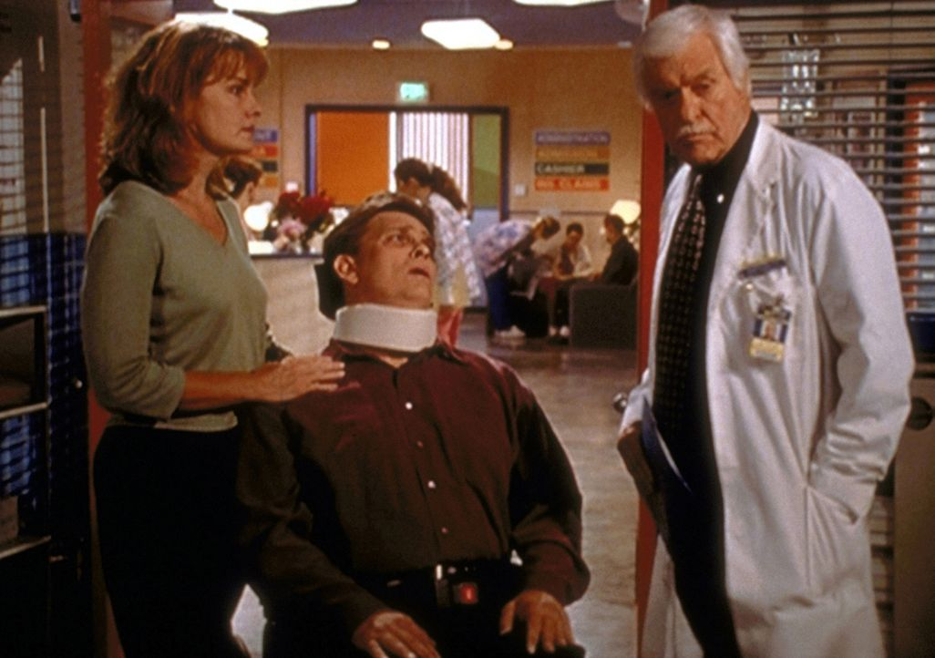 Der schwer kranke Patient Dugan (Darsteller unbekannt, M.) und dessen Frau bitten Dr. Mark Sloan (Dick Van Dyke, r.), Sterbehilfe zu leisten, um Dug... - Bildquelle: Viacom