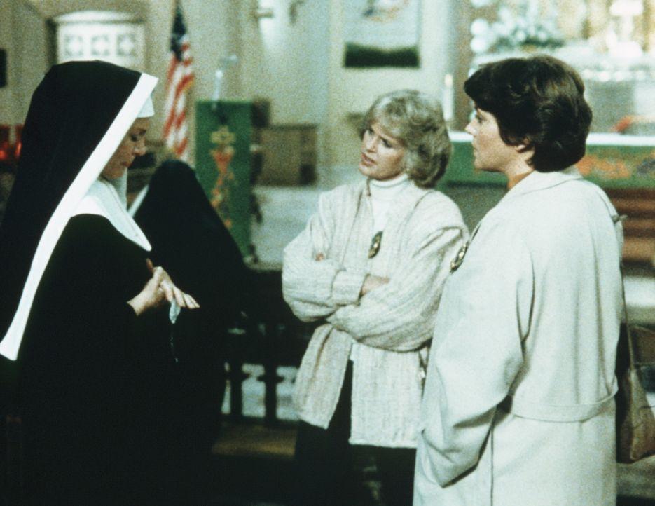 Cagney (Sharon Gless, M.) und Lacey (Tyne Daly, r.) befragen eine Nonne. Aber auch sie kann ihnen im Fall ihrer ermordeten Schwester nicht weiterhel... - Bildquelle: ORION PICTURES CORPORATION. ALL RIGHTS RESERVED.