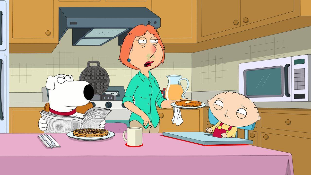 Stewie (r.) ekelt es vor der rotzenden und schniefenden Lois (M.) denn sie ist geplagt von schrecklichen Allergiesymptomen. Ist Brian (l.) der Auslö... - Bildquelle: 2016-2017 Fox and its related entities.  All rights reserved.