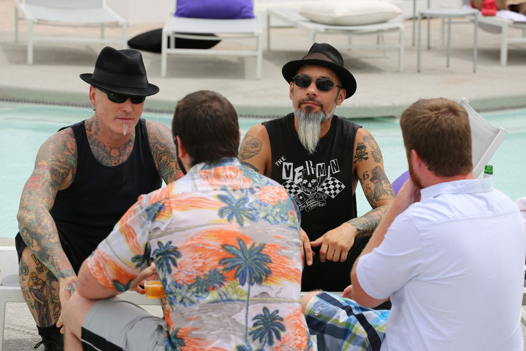 Sonst versuchen Dirk (l.) und Ruckus (r.), Tattoo-Missgeschicke zu verschönern, doch zwei Kumpels, die miteinander im Wettkampf um die schlechteste... - Bildquelle: 2013 A+E Networks, LLC