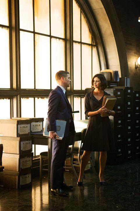 Freunde und Kollegen: Nachdem Dr. Guera gefeuert wurde, steht Leslie (Morena Baccarin, r.) Gordon (Ben McKenzie, l.) und seinen Kollegen als Gericht... - Bildquelle: Warner Bros. Entertainment, Inc.
