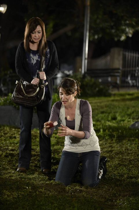 Während sich Lily (Alyson Hannigan, l.) und Marshall auf den Umzug nach Rom vorbereiten, versucht Robin (Cobie Smulders, r.), im Central Park ein Me... - Bildquelle: 2013 Twentieth Century Fox Film Corporation. All rights reserved.