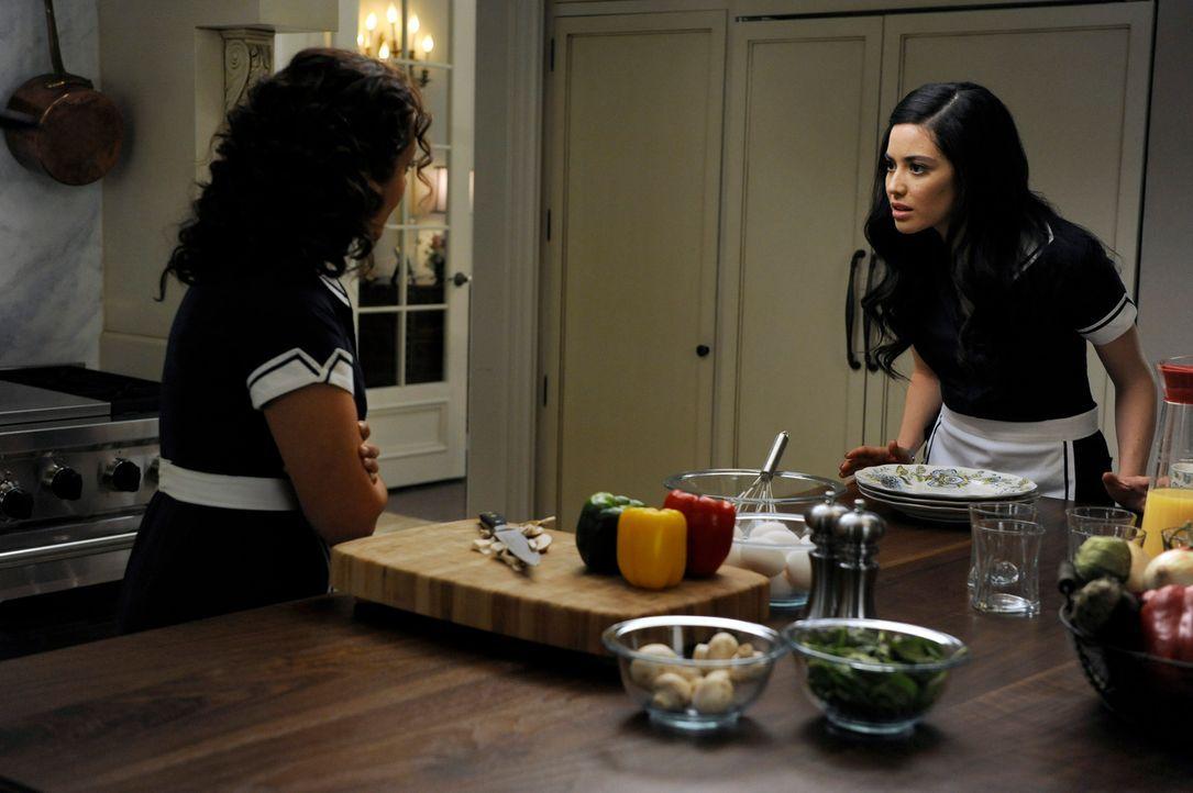 Können nicht fassen, dass Genevieve ihren neuen blinden Verehrer belügt, damit er sie zur Frau nimmt: Zoila (Judy Reyes, l.) und Valentina (Edy Gane... - Bildquelle: ABC Studios
