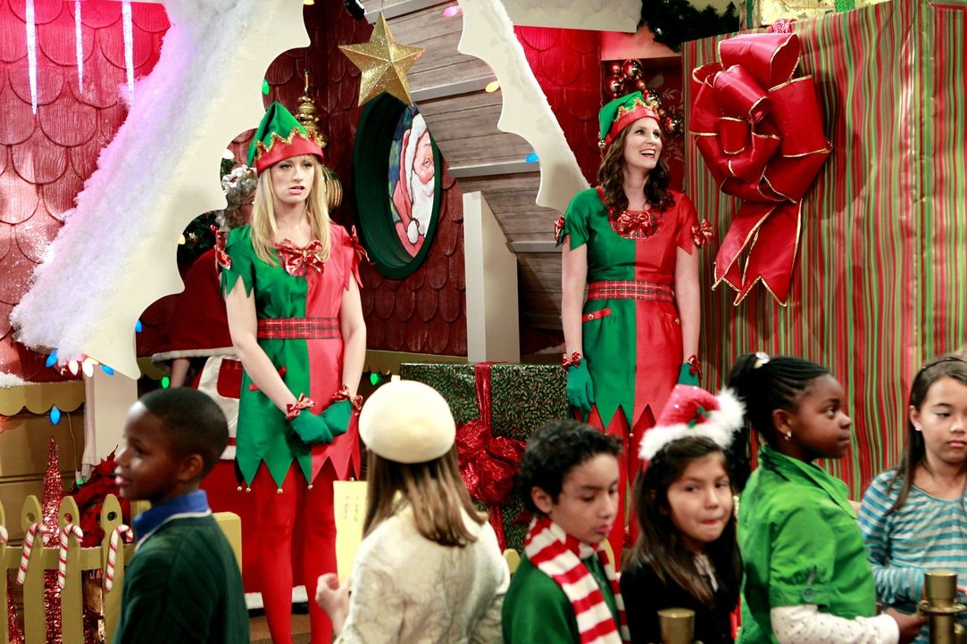Um zusätzliches Geld zu verdienen, verkleidet sich Caroline (Beth Behrs, l.) als Weihnachtselfe, um Kinder in einem Kaufhaus zu beschenken. Das son... - Bildquelle: Warner Brothers