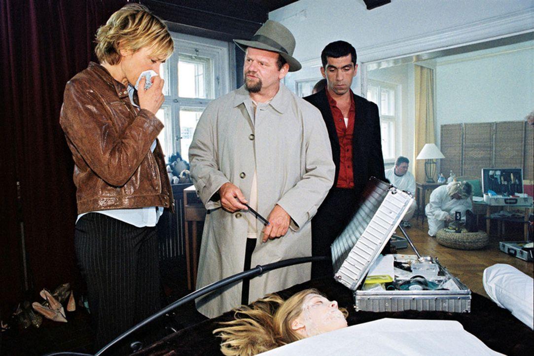 Eine Frau wurde ermordet aufgefunden. Eva Blond (Corinna Harfouch, l.), Alyans (Erdal Yildiz, r.) und Lottmann (Gottfried Breitfuß, M.) ermitteln a... - Bildquelle: Sat.1