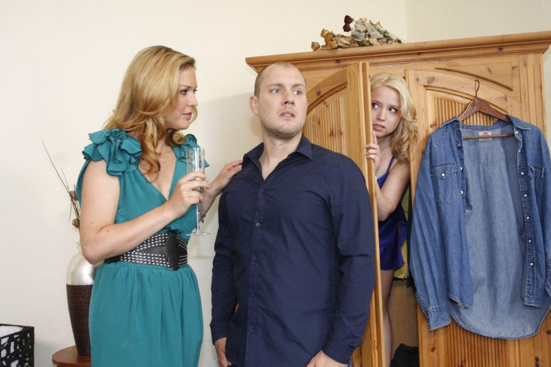Piet (Oliver Petszokat, M.) versteckt Miriam (Caroline Maria Frier, r.) im Schrank als Sonja (Tatiani Katranzi, l.) in die Wohnung kommt. - Bildquelle: SAT.1