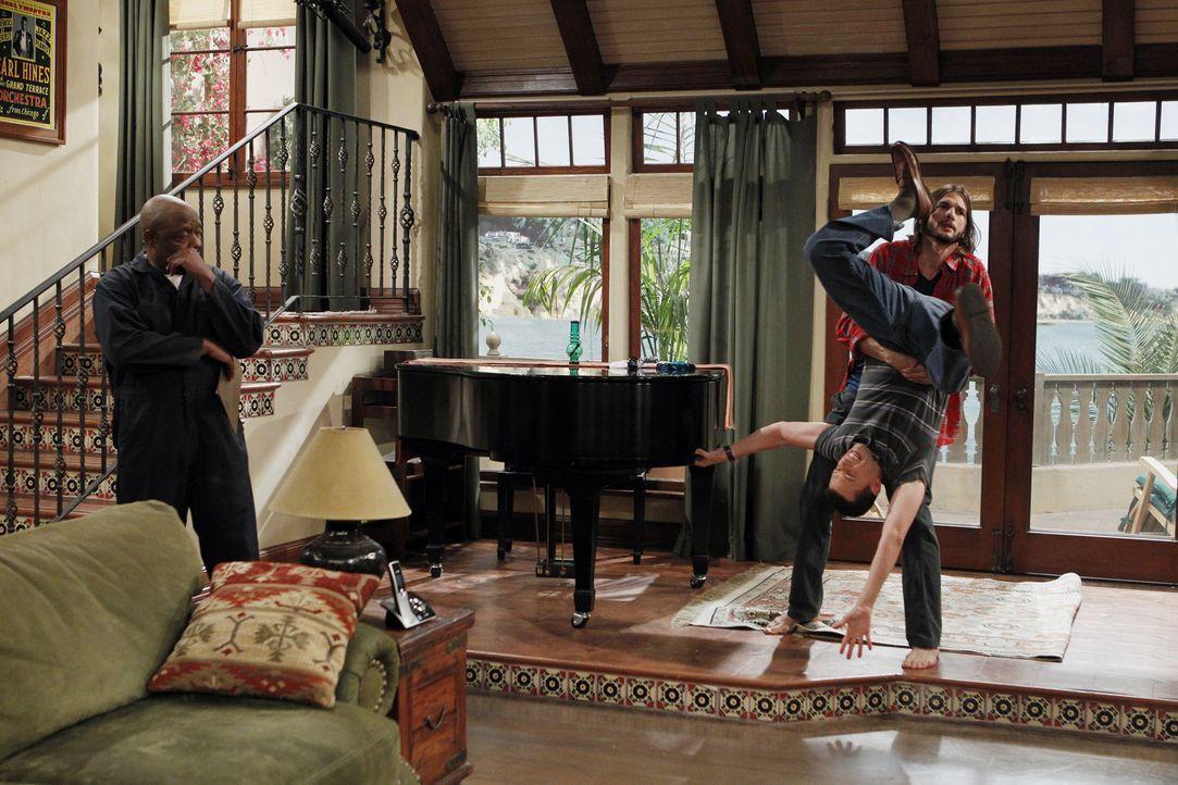 Als Walden (Ashton Kutcher, r.) bei der Umgestaltung seines Hauses Charlies Flügel abholen lässt , an dem Alan (Jon Cryer, M.) so hängt, geraten die... - Bildquelle: Warner Brothers Entertainment Inc.