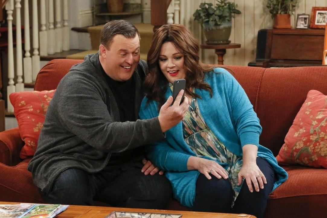 Mike (Billy Gardell, l.) und Molly (Melissa McCarthy, r.) wollen, dass die obdachlose Frannie nach der Geburt ihres Kindes ein Zuhause hat und setze... - Bildquelle: Warner Brothers