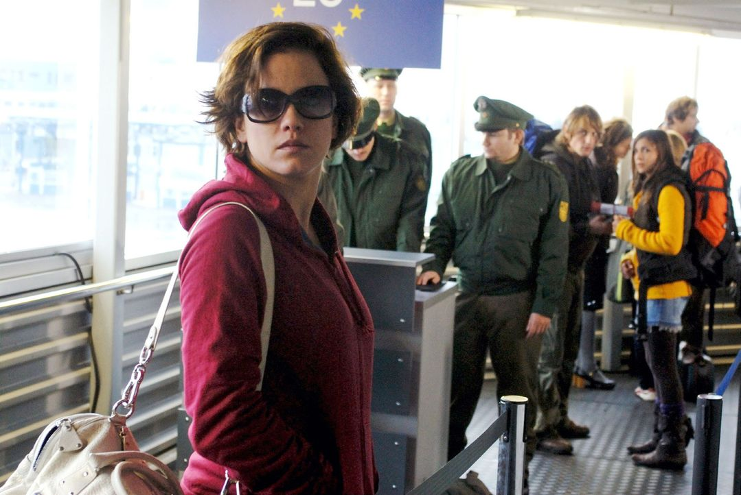 Mit Sonnenbrille und gefärbten Haaren gelingt es Susanne (Muriel Baumeister) das Schiff unerkannt zu verlassen. - Bildquelle: Hardy Spitz Sat.1