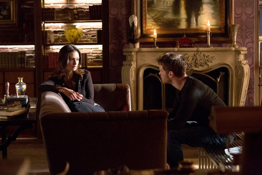 Klaus (Joseph Morgan, r.) und Hayley (Phoebe Tonkin, l.) versuchen den Verlust ihrer Tochter zu verarbeiten und sehnen sich nach Rache ... - Bildquelle: Warner Bros. Television
