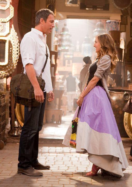 Mitten im fernen Abu Dhabi läuft Carrie (Sarah Jessica Parker, r.) eine Versuchung über den Weg, der sie nicht leicht widerstehen kann: ihr Ex-Freun... - Bildquelle: Warner Brothers