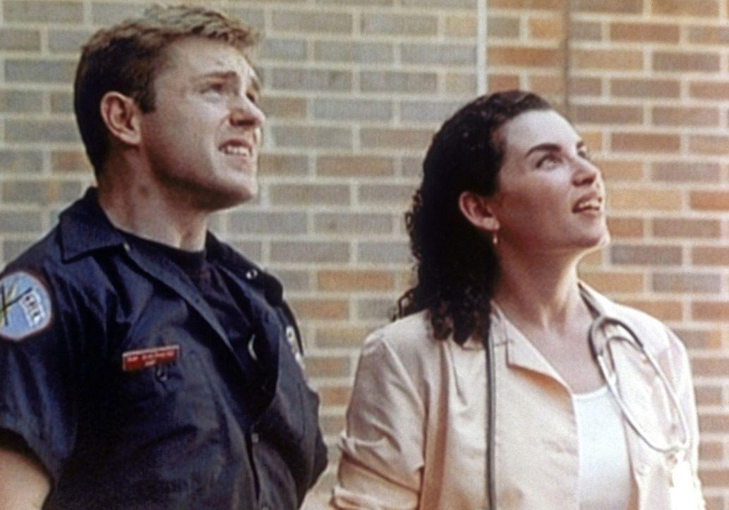 Carol (Julianna Margulies, r.) und Feuerwehrmann Shep (Ron Eldard, l.) beobachten faszieniert einen Einsatz. - Bildquelle: TM+  WARNER BROS.