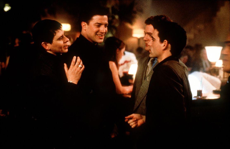 Immer wieder muss Troy (Dave Foley, l.) dem unbeholfenen, naiven Adam (Brendan Fraser, 2.v.l.) klar machen, dass das Erdendasein durchaus seine Scha... - Bildquelle: New Line Cinema
