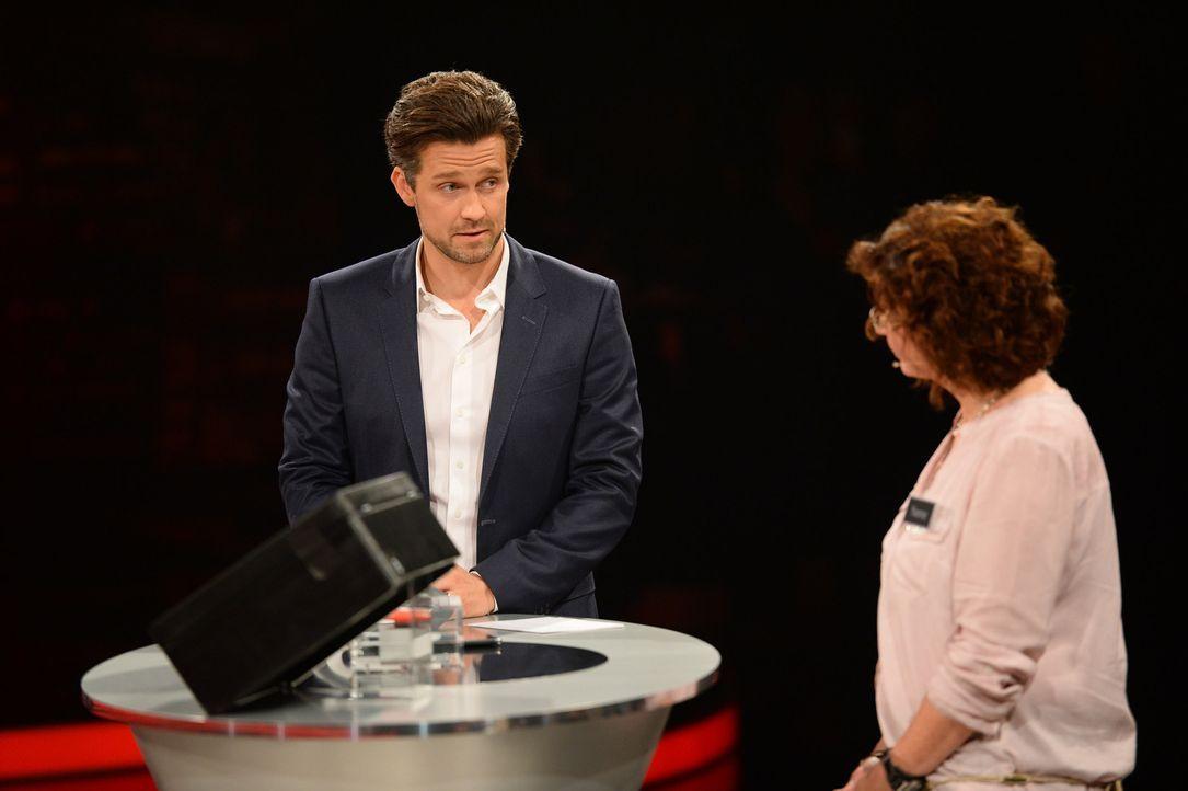 """""""Deal or no Deal""""? Moderator Wayne Carpendale (l.) ist gespannt, ob die Kandidatin Yvonne (r.) auf den Deal der Bank eingeht ... - Bildquelle: Willi Weber SAT.1"""