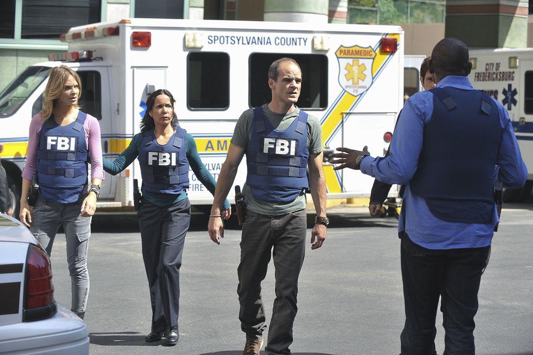 Als in einer High School in Fredericksburg eine Bombe hochgeht, werden John (Michael Kelly, M.), Beth (Janeane Garofalo, 2.v.l.), Sam (Forest Whitak... - Bildquelle: ABC Studios
