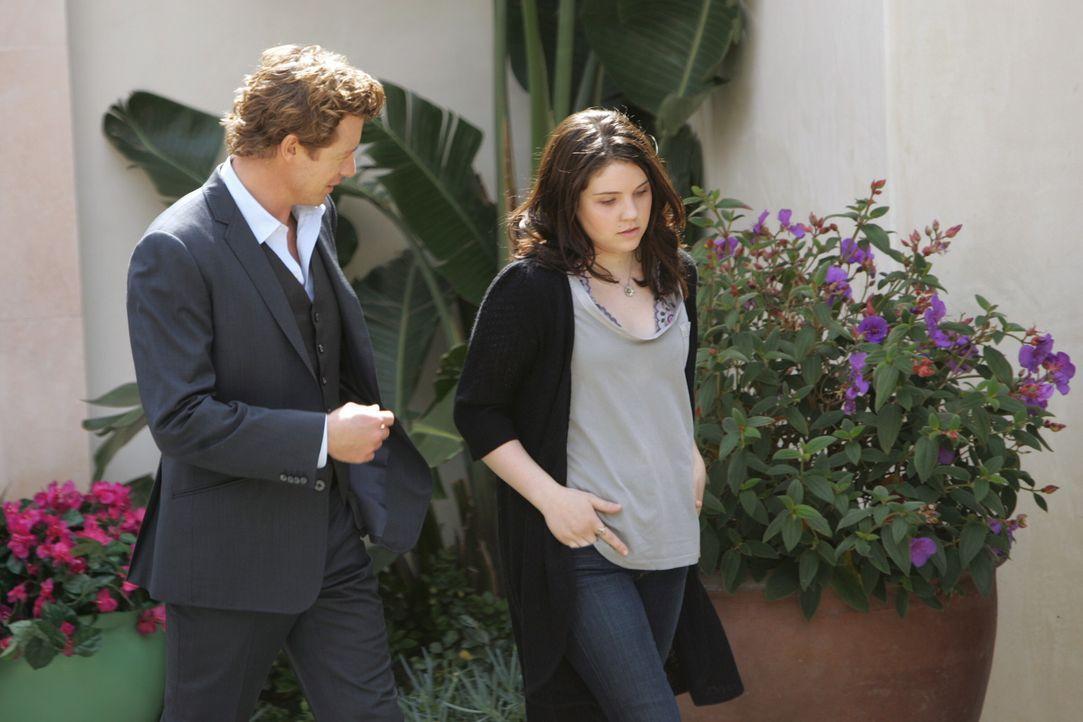 Um den Mord an Felix Hanson aufzuklären befragt Patrick (Simon Baker, l.) dessen Tochter Sydney (Sarah Foret, r.). Doch hat sie etwas damit zu tun? - Bildquelle: Warner Bros. Television