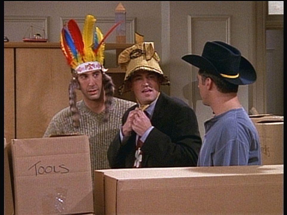 Für ein paar Spiele unter Männern sind Ross (David Schwimmer, l.), Chandler (Matthew Perry, M.) und Joey (Matt LeBlanc, r.) nicht zu alt. - Bildquelle: TM+  2000 WARNER BROS.